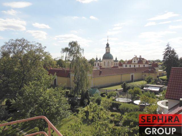 Pronájem bytu 2+KK s balkónem, P6, Ruzyně, Chýňská ul., 55 m2, část. zařízeno, ihned volné